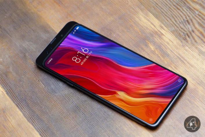 Xiaomi MiMix 3 позирует нафото всоциальной сети